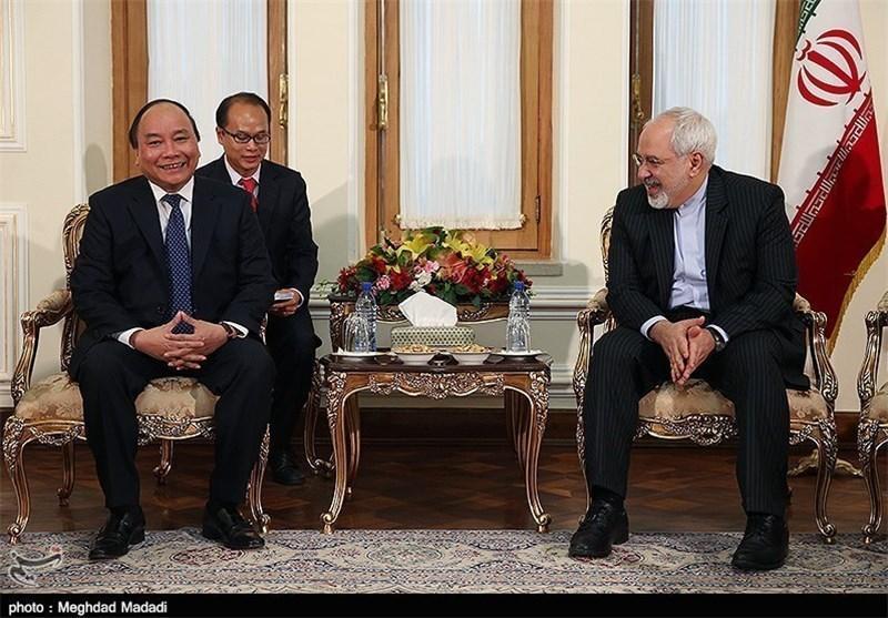 ظریف: ایران به غنی سازی بر اساس قوانین بین المللی ادامه می دهد