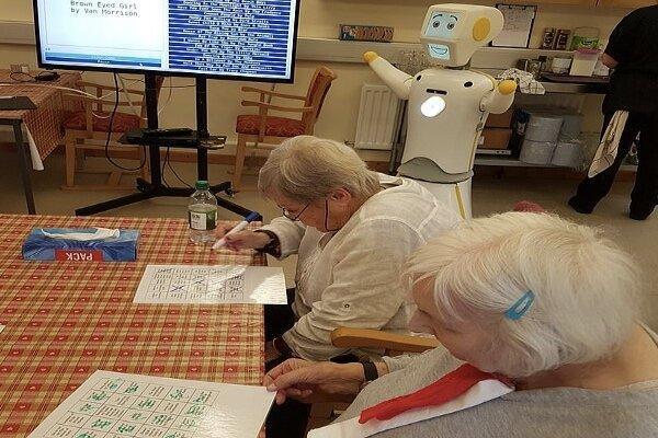 رباتی که سالمندان را سرگرم می کند