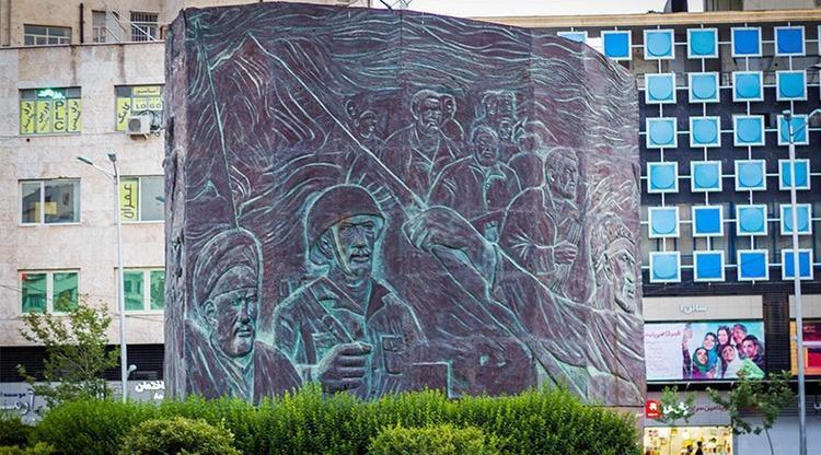 پیکر سازنده نماد میدان انقلاب به خاک سپرده شد