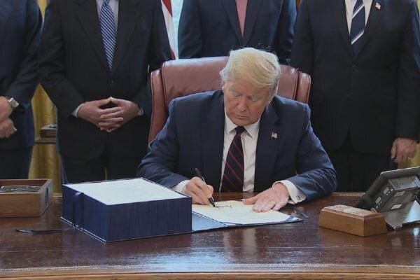 ترامپ لایحه بسته کمک مالی کرونا را امضا کرد