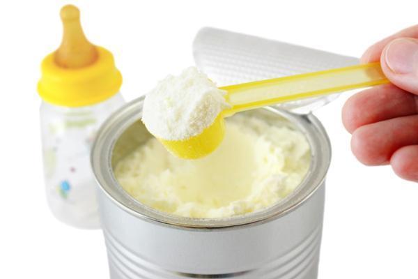 مزایا و معایب تغذیه با شیر خشک برای نوزادان چیست؟