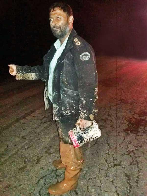 مامور پلیس، ناجی 2 راننده گرفتار در سیلاب