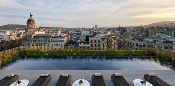 10 استخر رویایی در پشت بام ساختمان های جهان